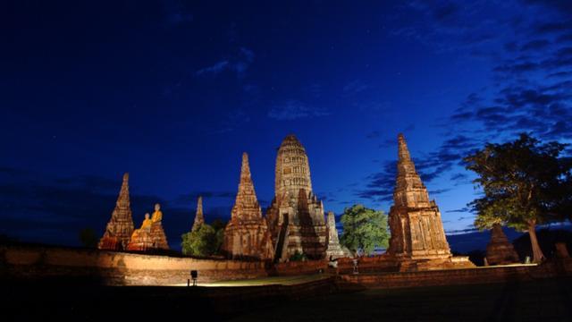 画像: アユタヤ王朝の遺跡群は21時までライトアップされています(PHOTO/タイ国政府観光庁)