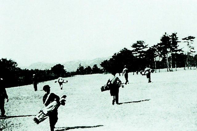 画像: 大正時代のプレー風景(大保コース)。戦前のキャディはいずれも学童