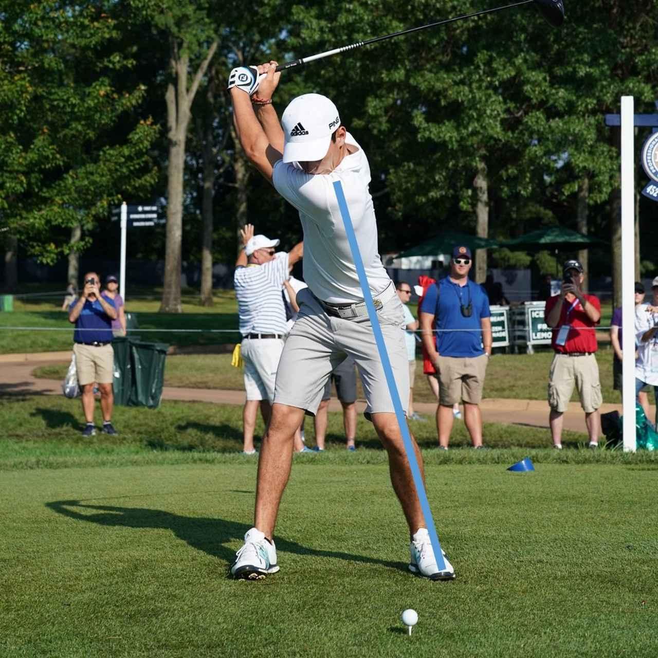 画像: アドレスの斜軸を中心に捻転。効率よくボールにパワーを伝えることができる