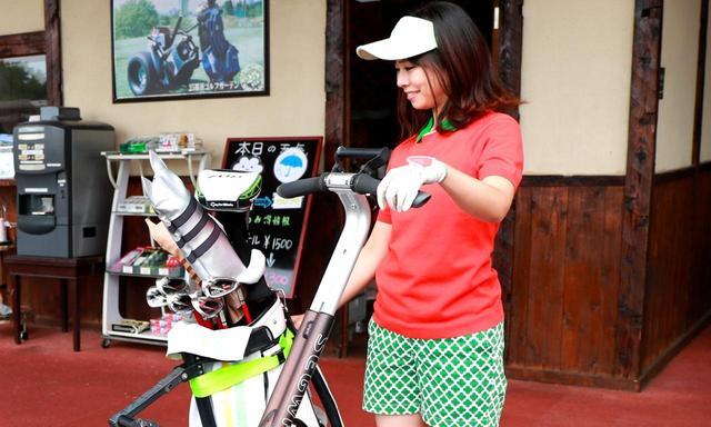 画像: ゴルフ用のセグウェイにはキャディバッグが積める専用のラックが付いています