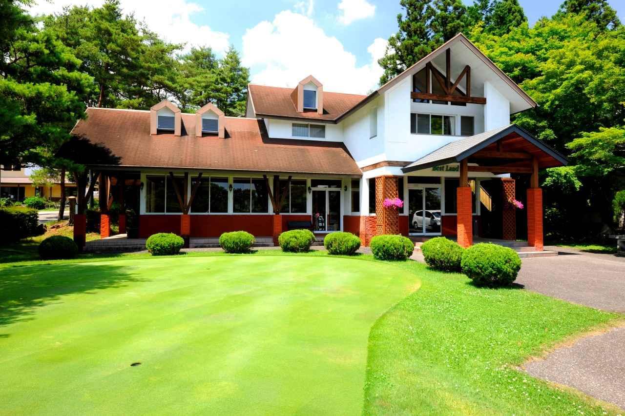 画像: おとぎの国にありそうなクラブハウス。練習グリーンも整備されています