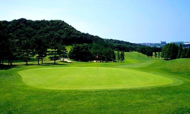 画像: 時代が流れ、市街地に囲まれるゴルフ場となった