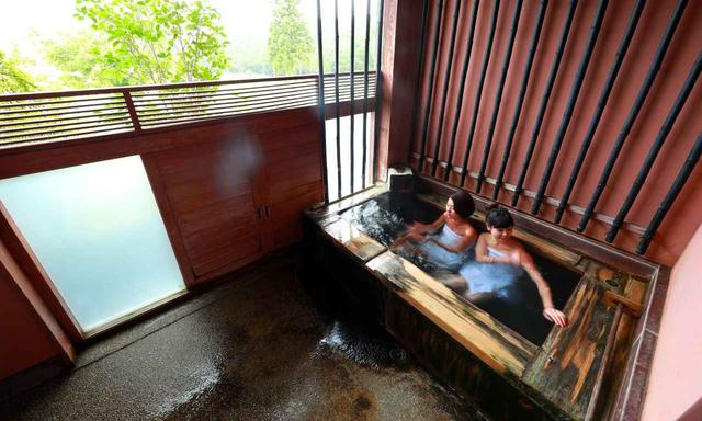 画像: 2人が入ったお風呂は竹の湯「朱」(撮影のためバスタオルを巻いています)