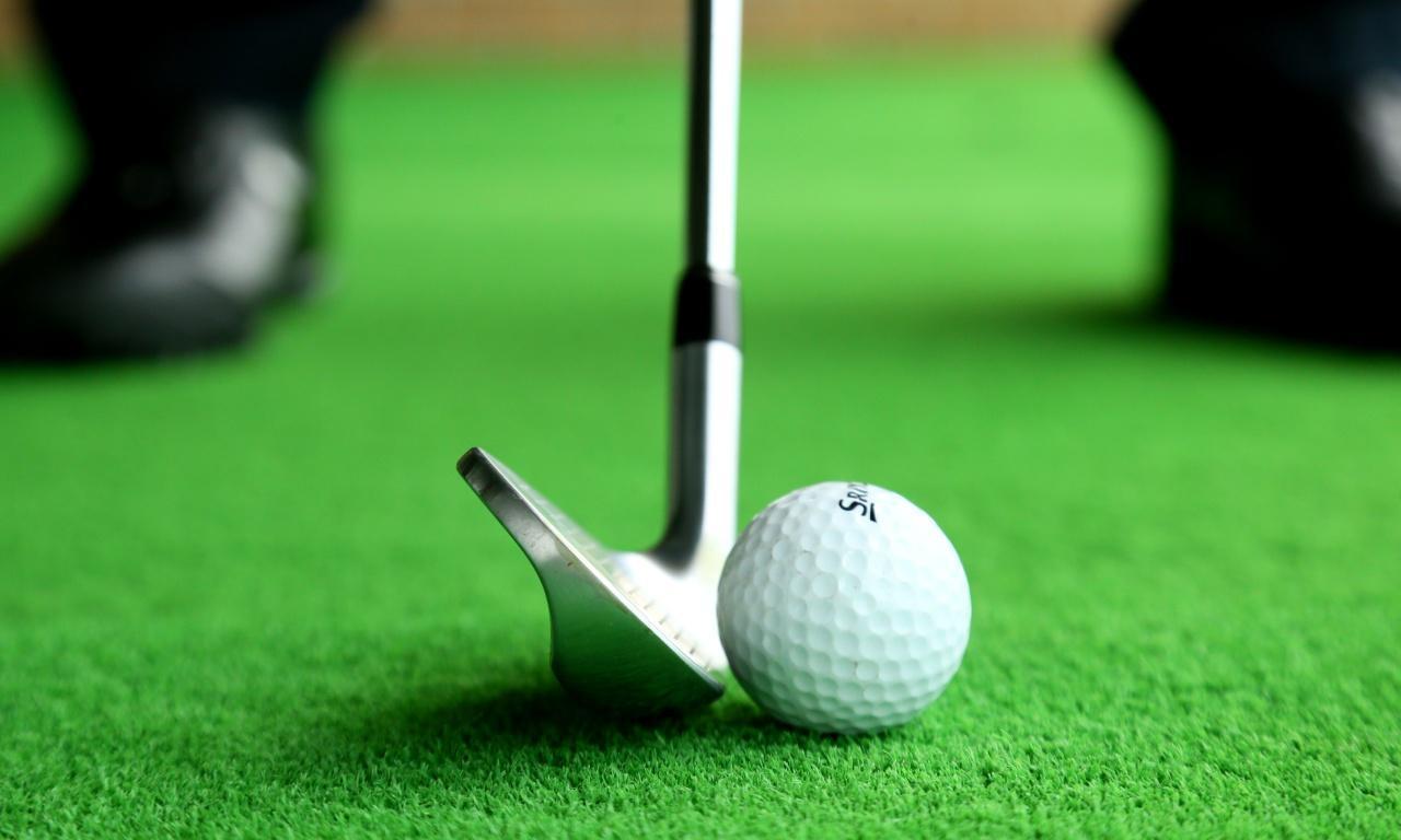 画像: ラウンド前日練習② ウェッジの「ゆっくりフルスウィング」で50ヤード。体幹を感じてできるだけゆっくり!
