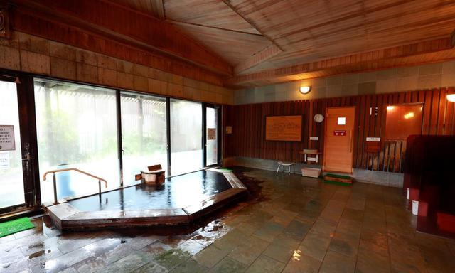 画像: 源泉かけ流しの温泉。サウナルームも付いています
