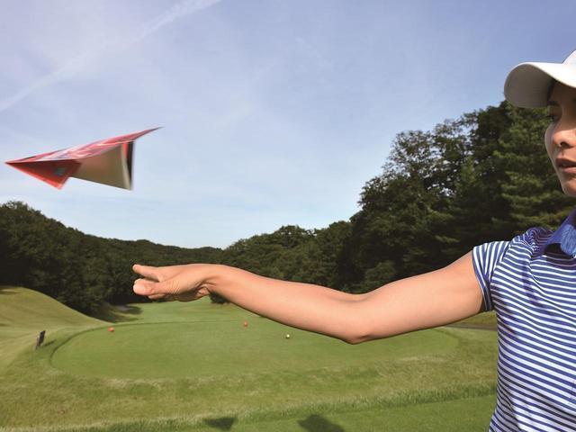画像: 紙ヒコーキをガチガチに握っていては、うまく飛ばせません