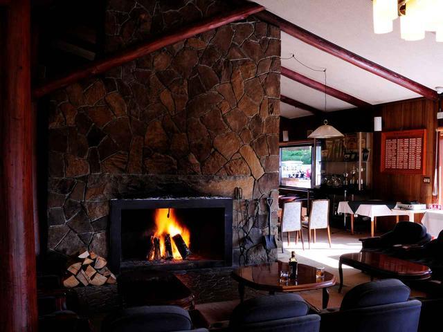 画像: レーモンドの作風が色濃く表れた石張りの暖炉