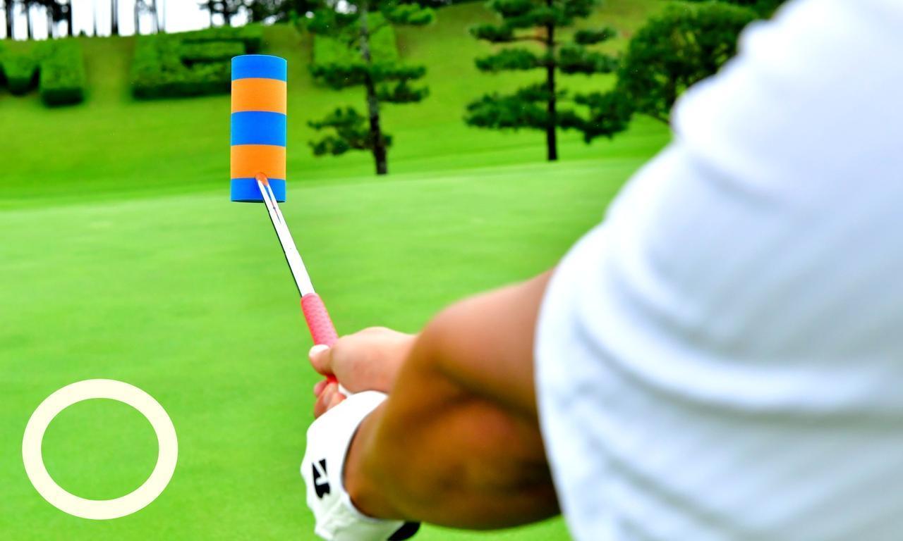 画像: 手が右腰の高さの時、ブルーとオレンジのストライプが水平になっていればOK