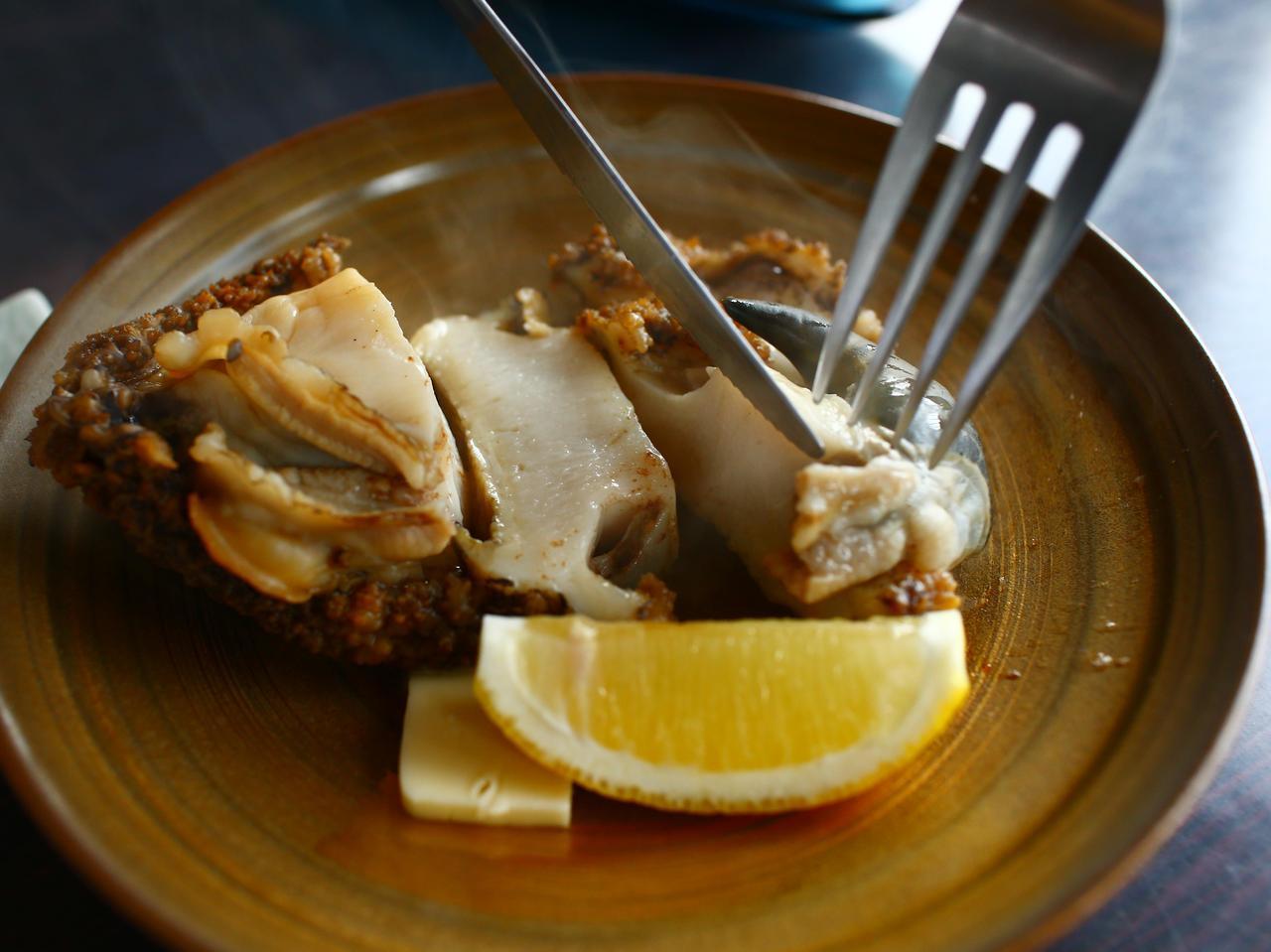 画像: 味付けは海水のみという豪快な磯料理だ