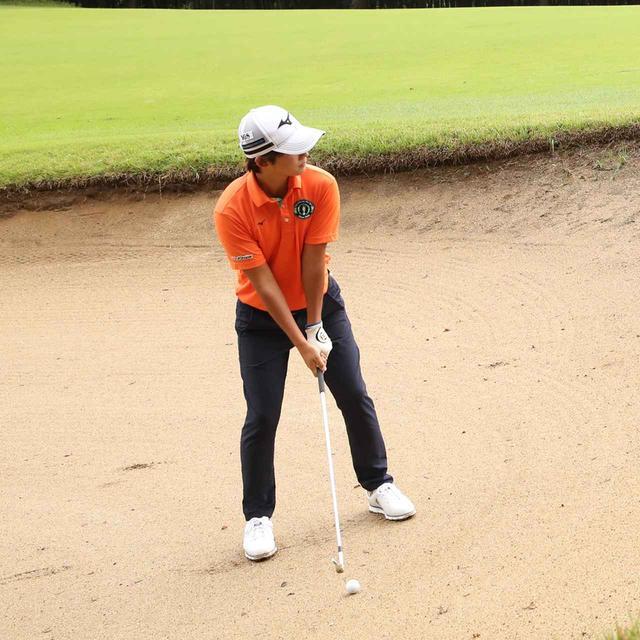 画像: ボールが砂の上にきれいに乗っていて、平らな場所か軽い左足上がりならグリーンを狙える