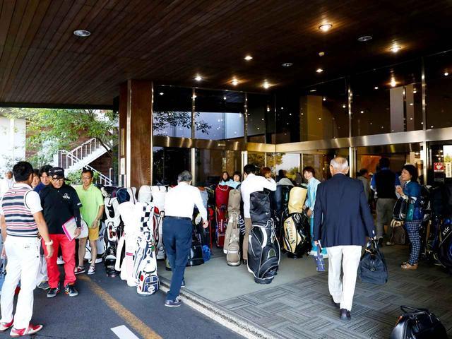 画像: 開場待ちで玄関前には長蛇の列。チェックインを終えた人から次々レストランへ