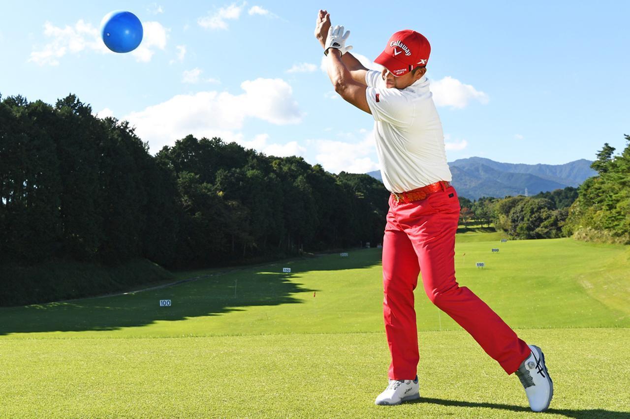 画像: 【ポイント①】ボールを後ろに投げるようにテークバック