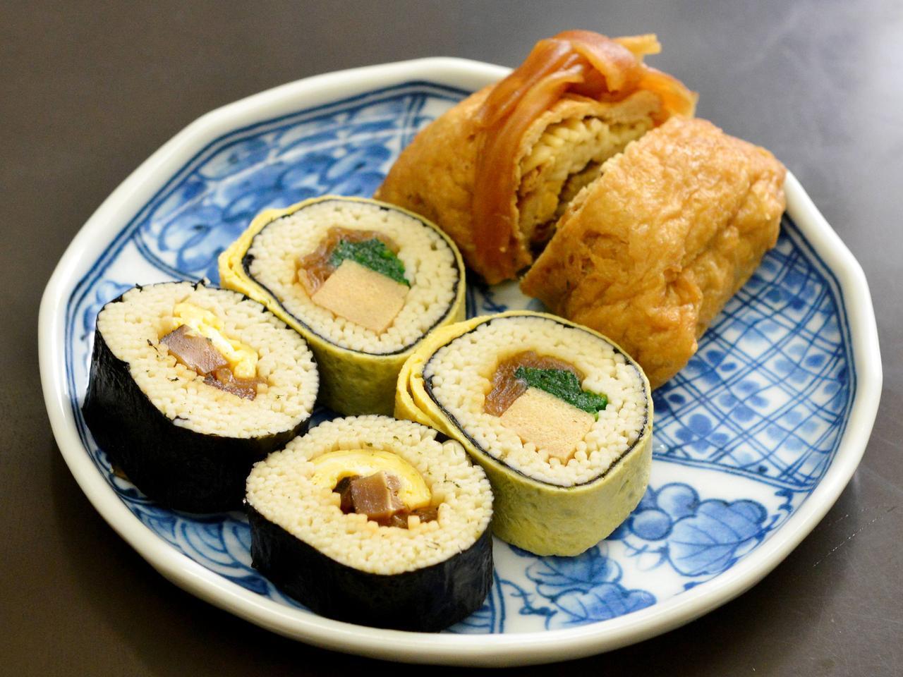 画像: ご飯のかわりにお蕎麦でつくった太巻きとおいなりさんも美味。そば1100円
