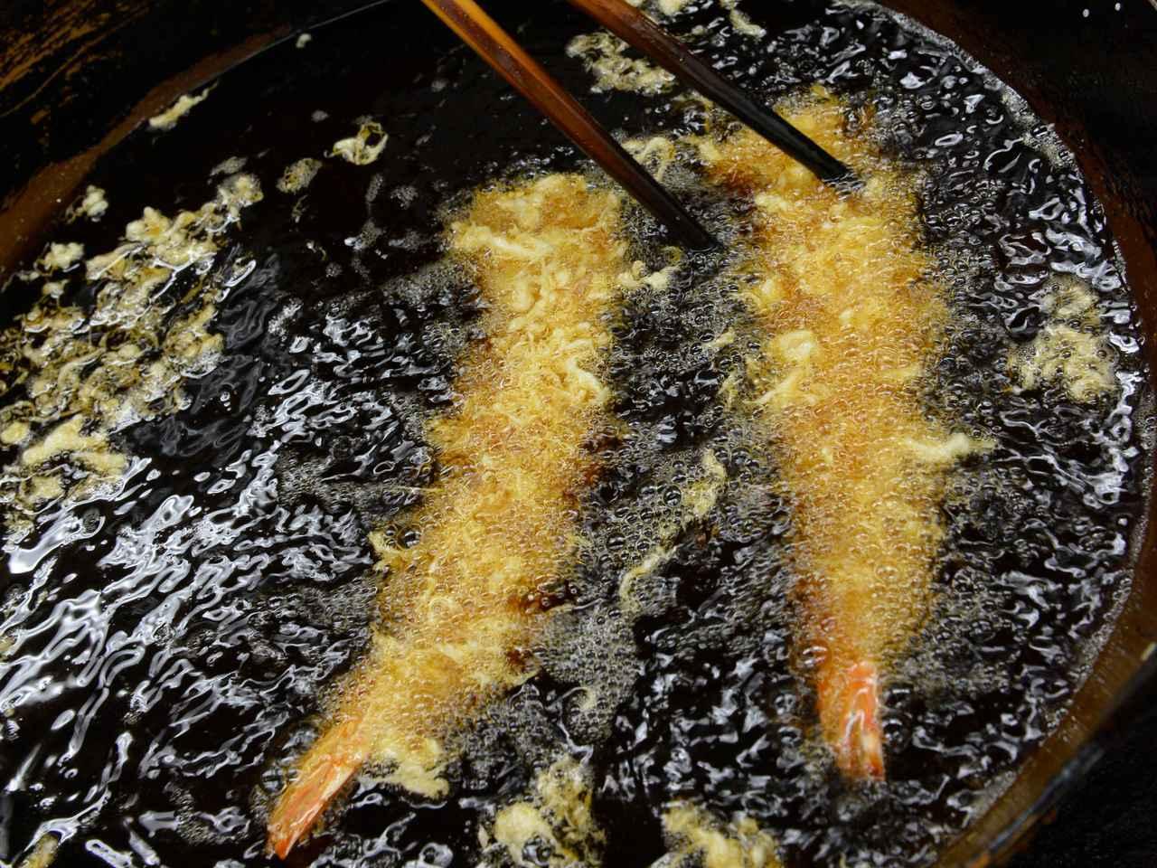 画像: 天ぷら専用に絞った特製のごま油で注文後に揚げている