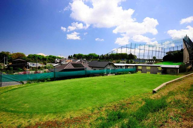画像: ベント芝の巨大パッティンググリーン。ここで練習したら3パットは確実に減ります