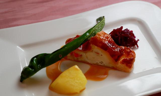 画像: 【魚料理】スズキのパイ包み焼きオレンジ風味