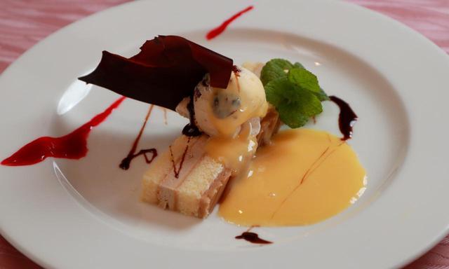 画像: 【デザート】本日のデザート。レモンのムースとパイナップルケーキ、ブルーベリーのアイスクリーム添え。日によって変わります