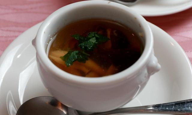画像: 【スープ】キノコと鱧のブイヨンスープ。キノコも朝採れで香り豊なブナシメジ