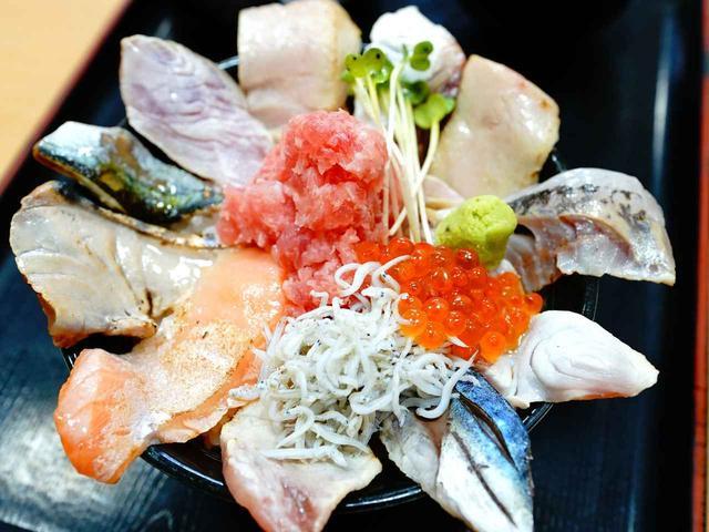 画像: 炙った本マグロや鯛、ヒラメ、青魚などが贅沢にのる、那珂湊海鮮丸の「炙り丼」1680円