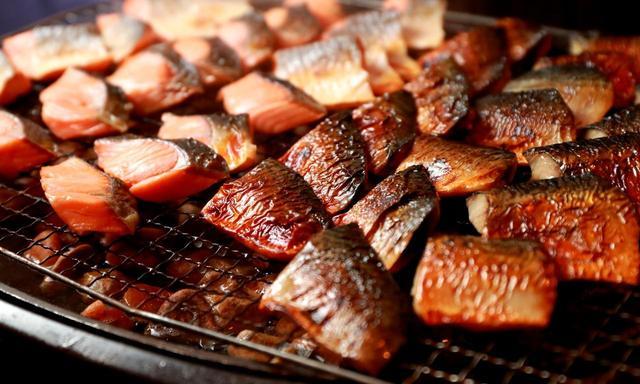 画像: 和食も充実。鮭などの焼き魚は網焼きで香ばしい