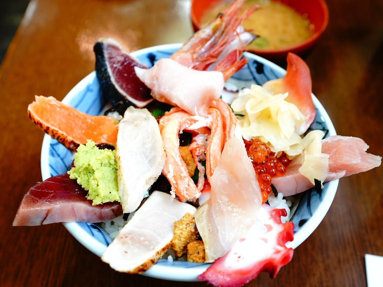 画像: ウニ、イクラ、甘えびなど新鮮なネタがぎっしり盛られた、東光庵の「三浜丼」1900円