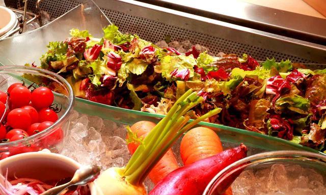画像: トマトやサラダはその日の朝に収穫した採れたて野菜