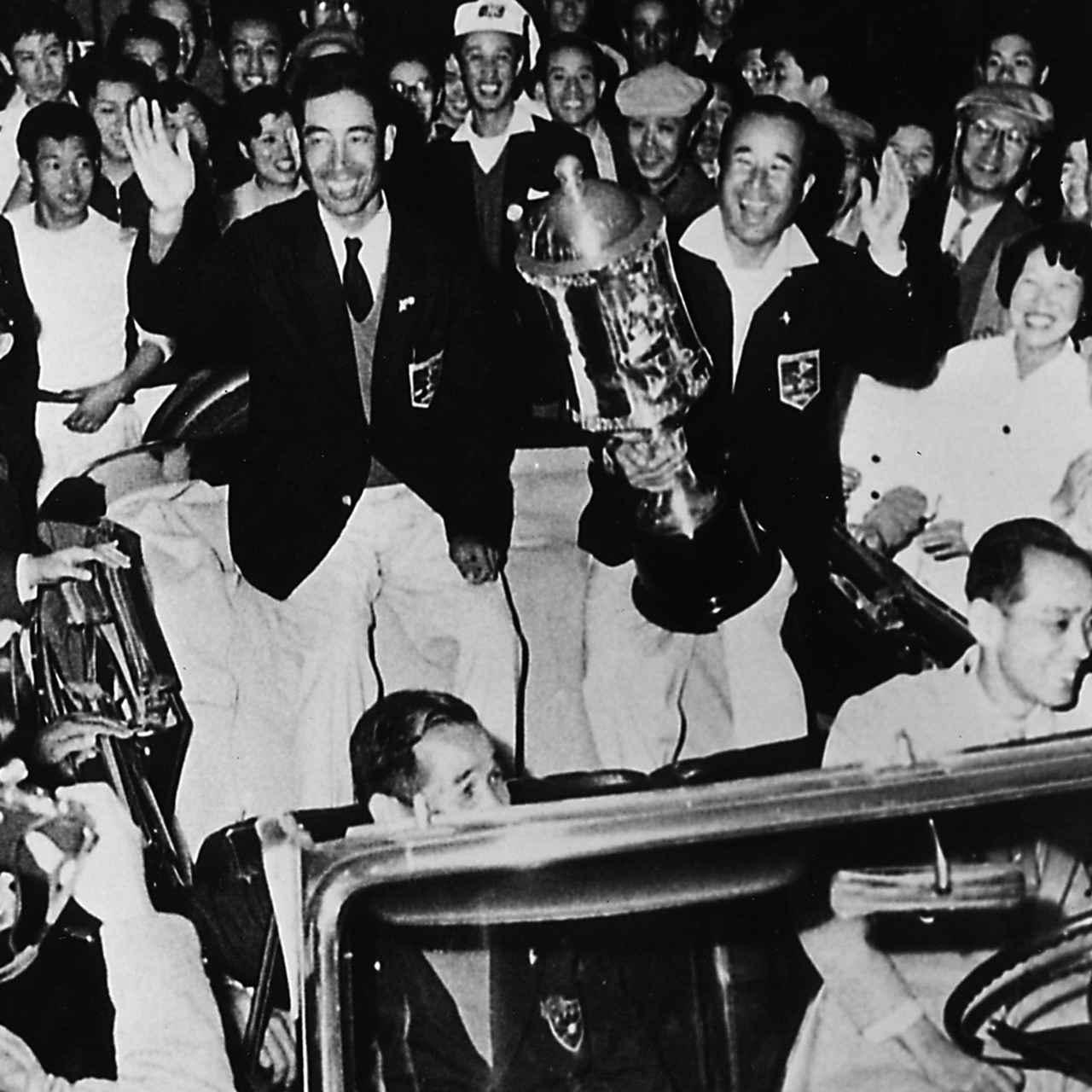 画像: 左)小野光一プロ、右)中村寅吉プロ 優勝パレードはオープンカーで行われた