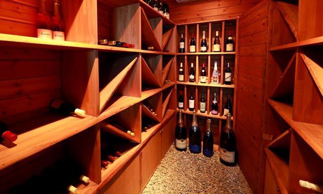画像: 館内にはワインセラーがあります。料理に合わせてワインをチョイス