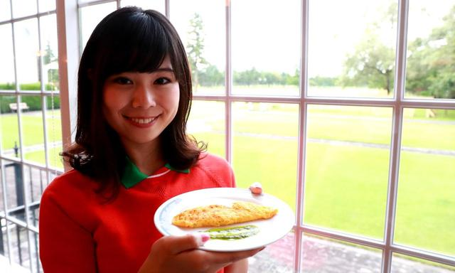 画像: 「オムレツの中に、キノコとチーズとほうれん草が入ってます。バジルソースをトッピング」(水谷)