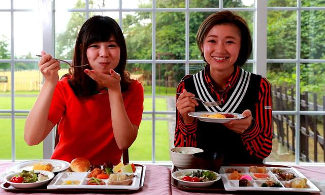 画像: たくさんの料理とともに、水谷はバターロールにクロワッサン、中里はご飯をいただきました。ちなみに、お米は栃木県産コシヒカリです