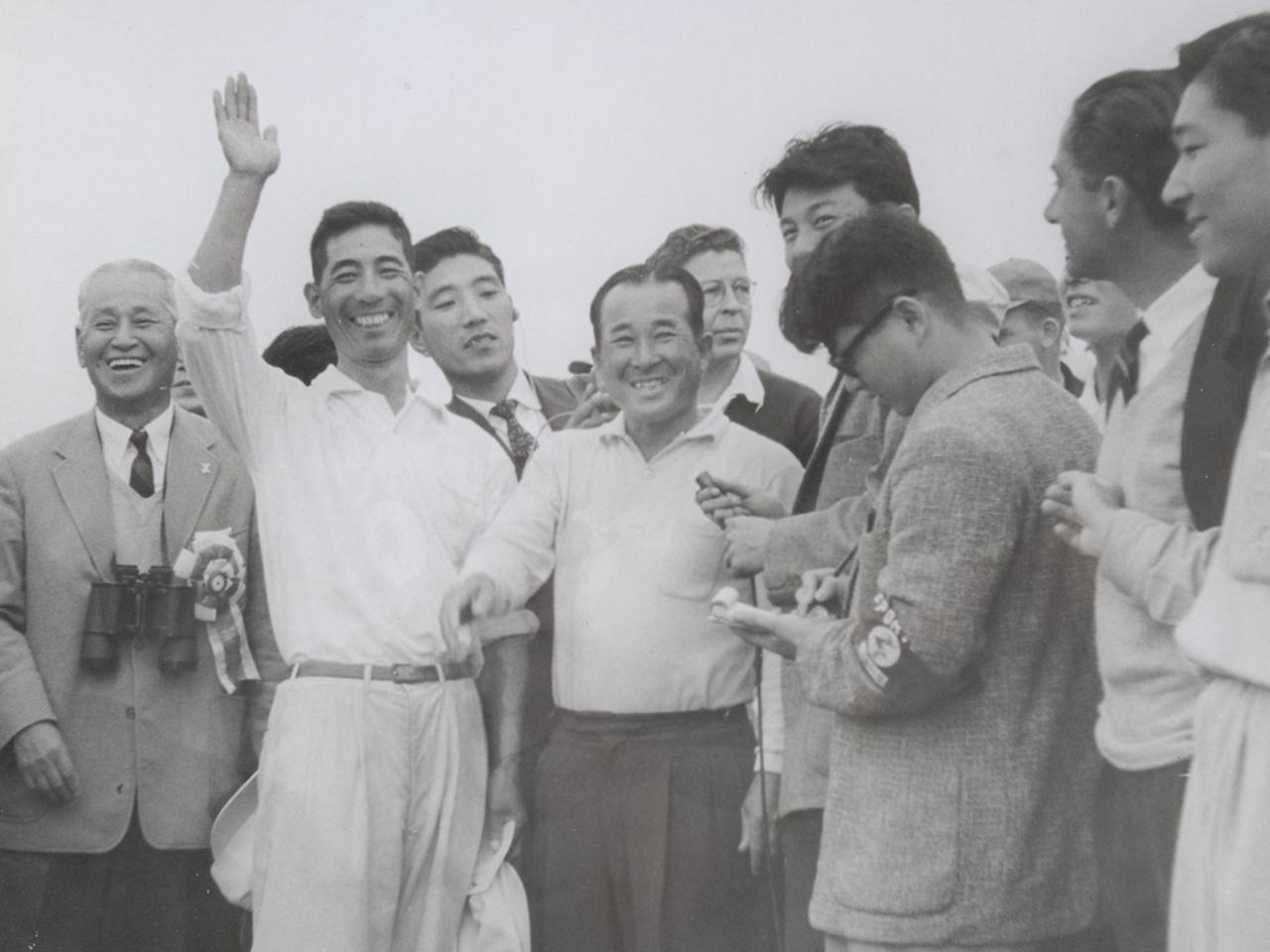 画像: 優勝を喜ぶ日本人選手と記者たち