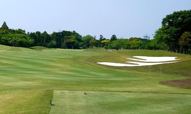 画像: ザ・ロイヤルゴルフクラブの16番はフルバックだと705ヤード。上の写真はレディスティから見たホールで、フルバックティから普通のゴルファーが打つとほぼ2打目地点に相当。ここからの残りは520ヤード