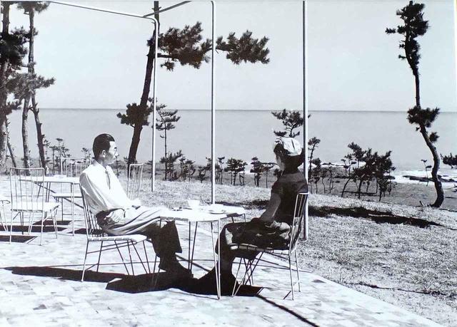 画像: 開場当時、大洗GC旧クラブハウスのベランダでくつろぐ井上誠一氏(左)