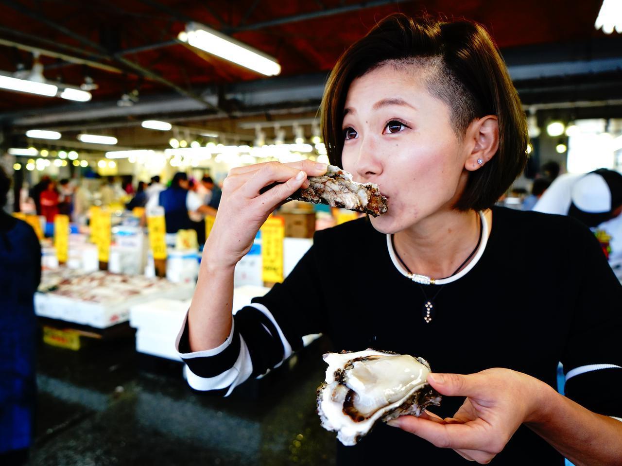 画像: プリプリ新鮮の生ガキは身が大きくて、食べるのにちょっと苦労するくらい