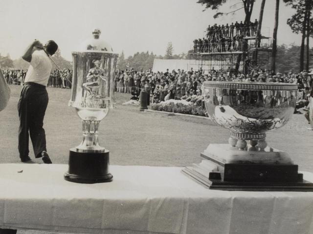 画像: 左)ホプキンス寄贈の個人優勝トロフィ、右)団体戦優勝カップの「カナダ・カップ」