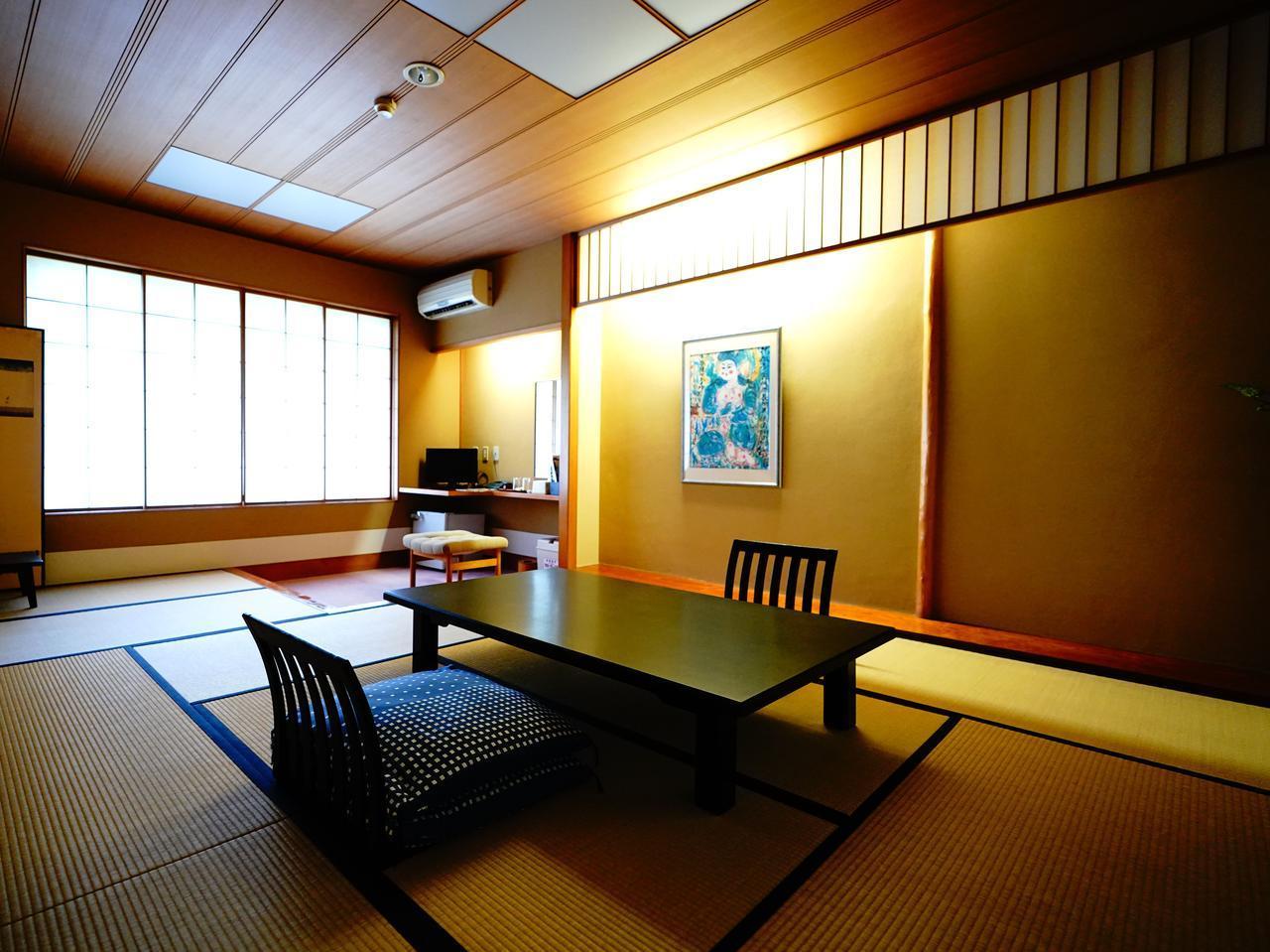 画像: 高級感のある室内。窓を開けると松林越しに海が見えますよ!