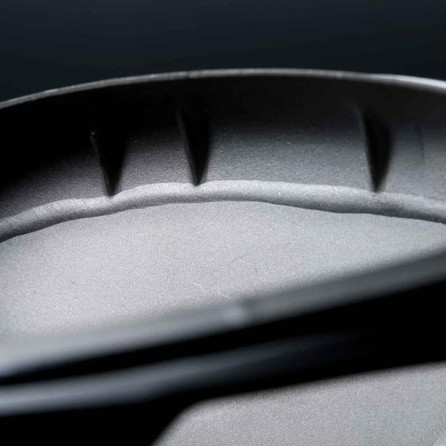 画像: フェースのトウ側とヒール側をあらかじめねじることで、芯を外したときの曲がりを軽減。鍛造ツイストフェースは、打感と打音も向上した。