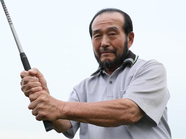 画像: 5歳~92歳を教える篠塚。「ジュニアだけでなく、シニアやレディス、パワーのない人にも有用なグリップ。ぜひ試してほしいです」