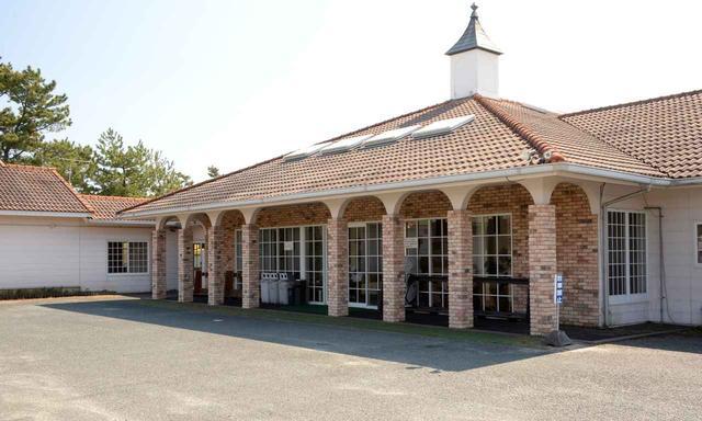 画像1: クラブハウスにはレストランとお風呂もある!