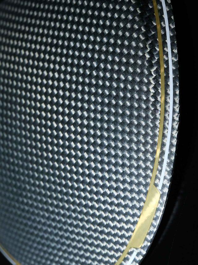 画像: M3、M4にも採用されるカーボンクラウンヘッドは、ヘッド上部の軽量化により、設計の自由度と最適重心設計を可能にした。このテクノロジーはMグローレにも採用された。
