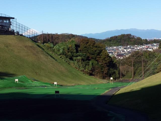 画像: 左に富士山を、正面に丹沢山系を望める練習場