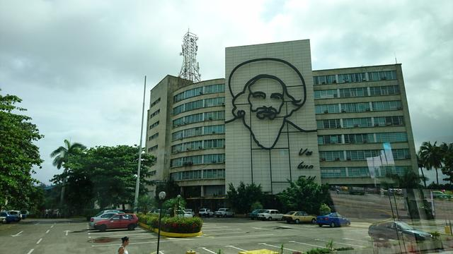 画像: 「革命広場」を車窓から望む。革命家カミーロ・シェンフエゴスとチェ・ゲバラのモニュメント