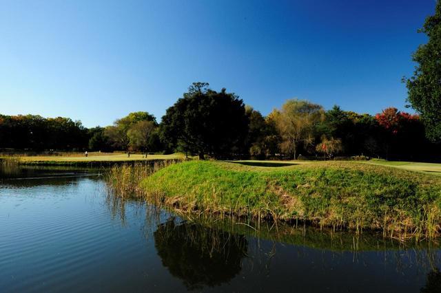 画像: 4番100Y P3 距離は短いものの、両サイドが池に囲まれたプレッシャーがかかる