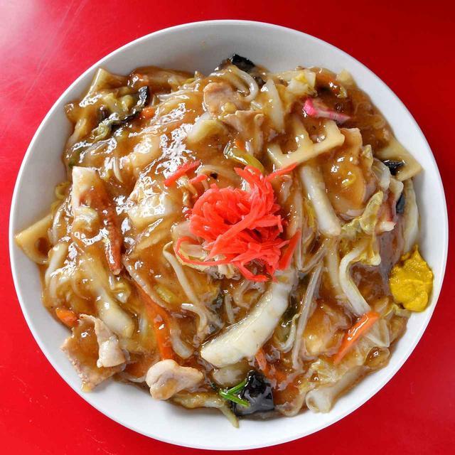 """画像: 豚骨スープに醤油を効かせた昔ながらのスープに、揚げエビやゲソの出汁が加わり、野菜の甘みも感じられる「華舟」の餡。小樽あんかけ焼きそばには""""練り物""""を入れるのがルール"""