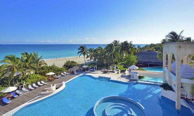 画像: カリブ海のビーチにつづくプール