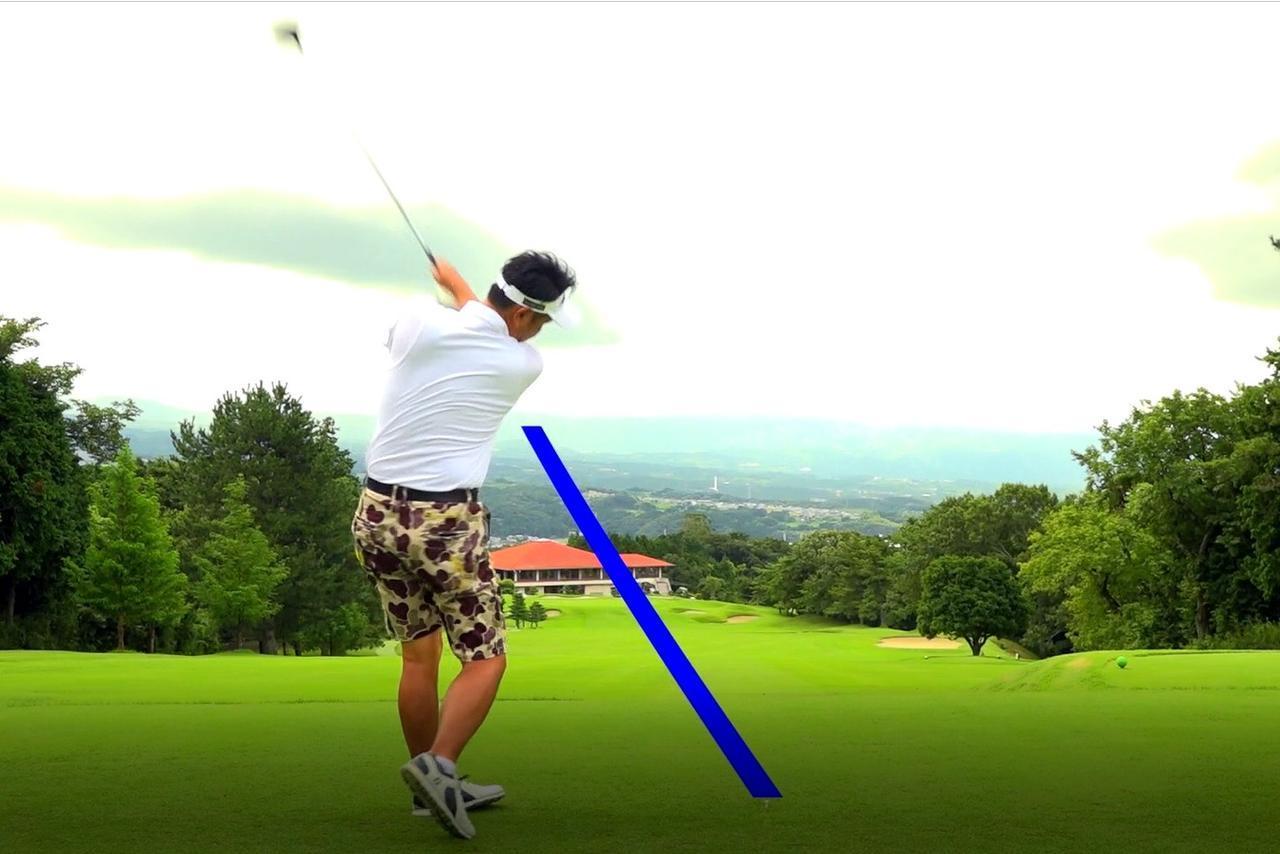 画像: 鈴木健さんのドライバーショット。青いラインがボールの弾道。いきなり左への引っかけ!