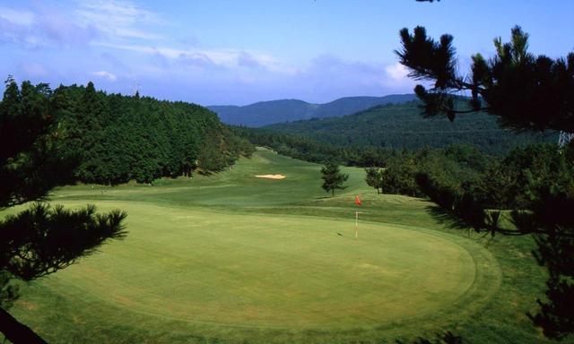 画像: 会場の佐世保CC(6737Y/P72)。上田治設計の丘陵林間コース