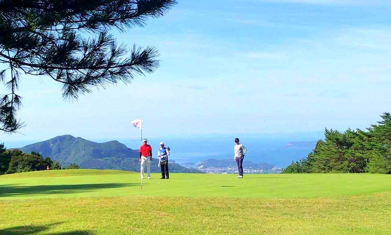 画像: コースからは九十九島と佐世保市内が一望できる。「試合中は風景を楽しむ余裕もありませんでした…」