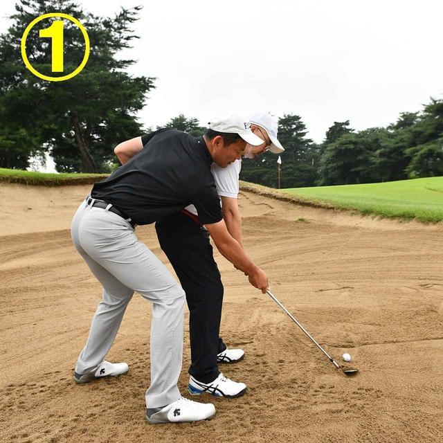 画像: フェースで砂をすくってフェース面に砂を乗せる