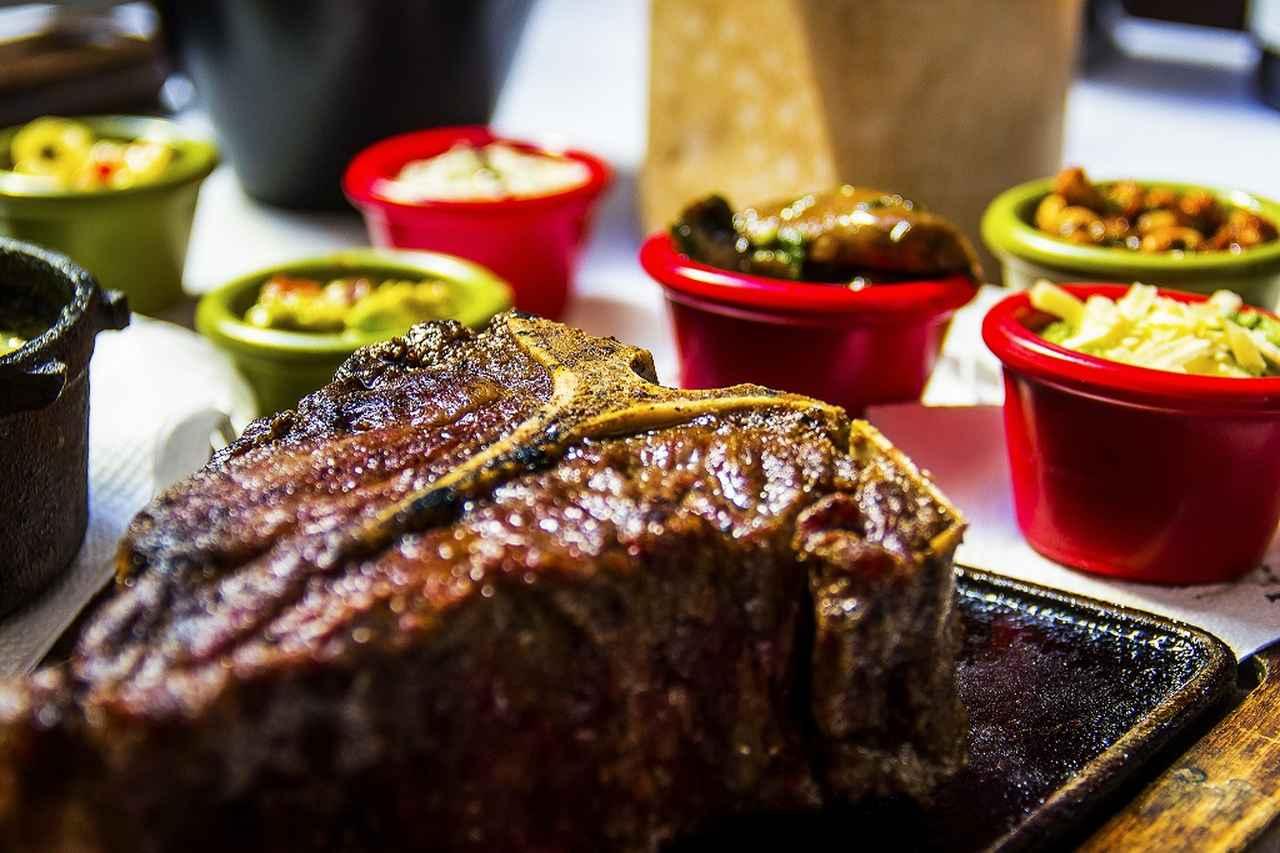 画像: 草原に放牧されて育てられた牛肉は、柔らかく、肉の旨味がしっかり味わえる。赤ワインとともにクラブハウスでくつろぎの時間が始まる